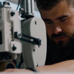 Segelmacher bei der Arbeit-Nähmaschine